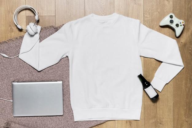 Felpa con cappuccio e laptop con joystick