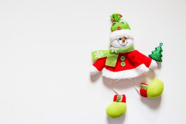 Feltro giocattolo, pupazzo di neve con albero di natale isolato