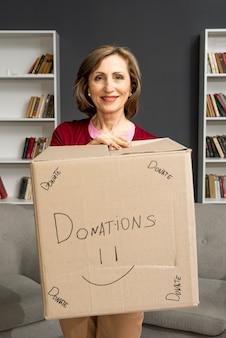 Femmina ad alto angolo con scatola dontaion