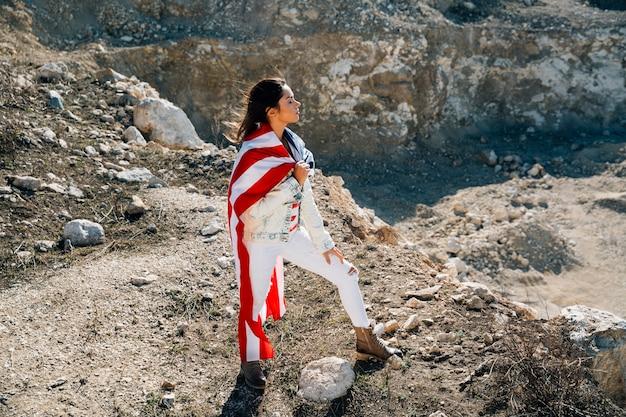 Femmina adulta in bandiera che sta sulla montagna