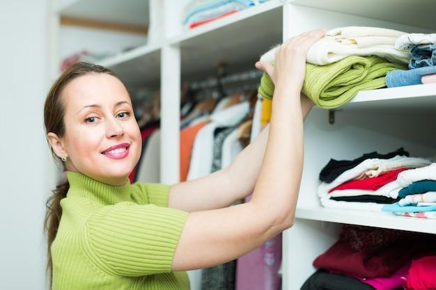 Femmina che sceglie l'abbigliamento al negozio