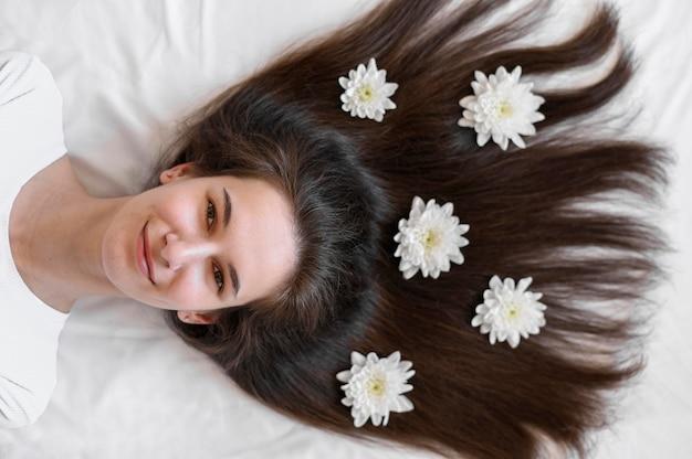 Femmina con fiori nei capelli