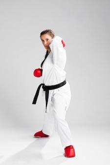 Femmina con i guanti della scatola su fondo bianco