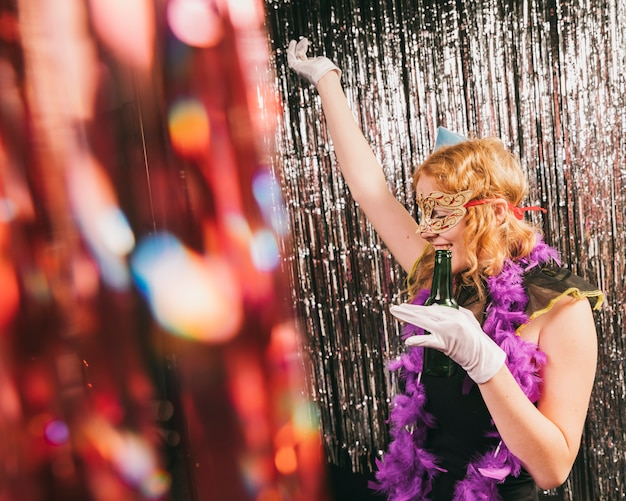 Femmina dell'angolo alto al dancing del partito di carnevale