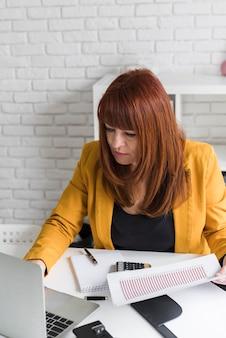 Femmina dell'angolo alto al lavoro d'ufficio