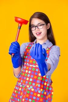 Femmina giovane governante con rifornimento di pulizia