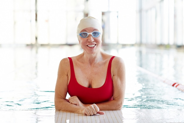 Femmina in acqua con occhiali