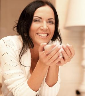 Femmina in possesso di una tazza di caffè