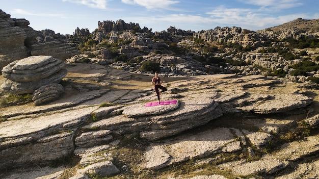 Femmina nel cuore della natura che pratica yoga