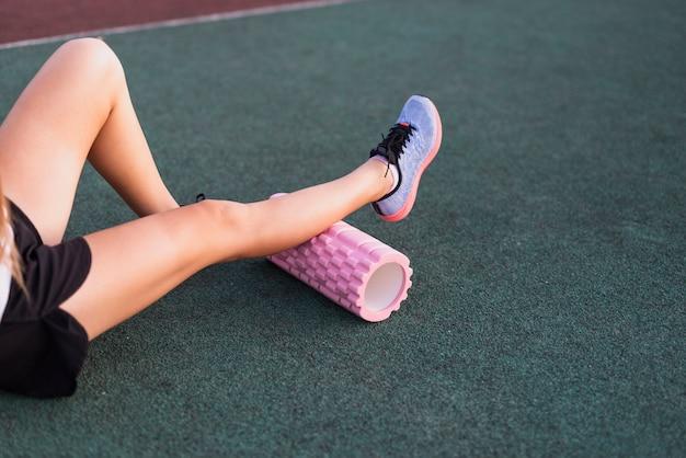 Femmina sportiva ad alto angolo con rullo