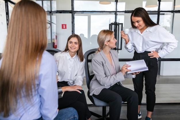 Femmine ad alto angolo che strategano sul lavoro
