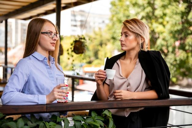 Femmine di vista frontale nella pausa caffè