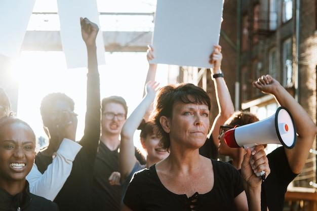 Femminista con un megafono a una protesta