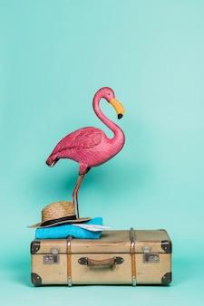 Fenicottero rosa sugli accessori da viaggio