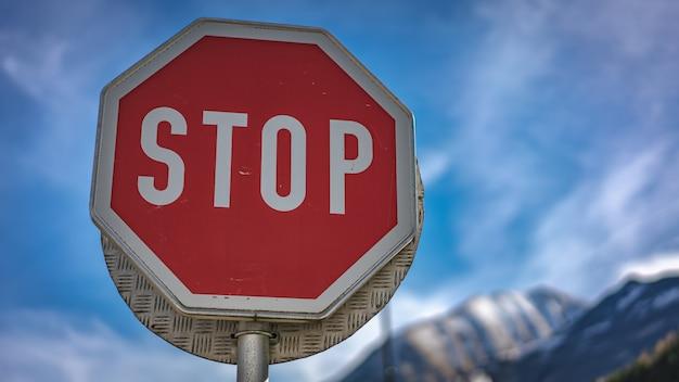 Ferma il segnale stradale