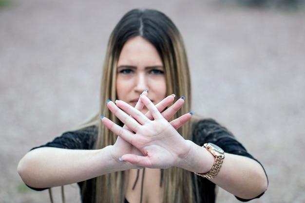 Ferma la mano del segno di discriminazione della donna