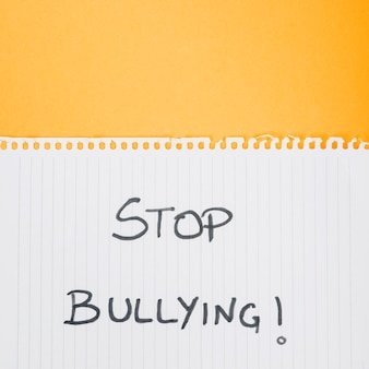 Ferma lo slogan del bullismo sul foglio di carta