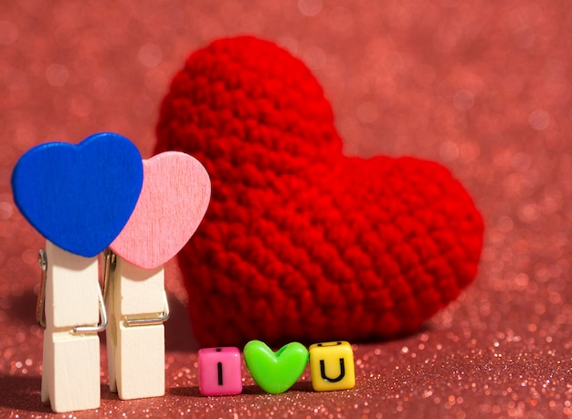 Fermaglio a cuore in legno con cuore in filato rosso