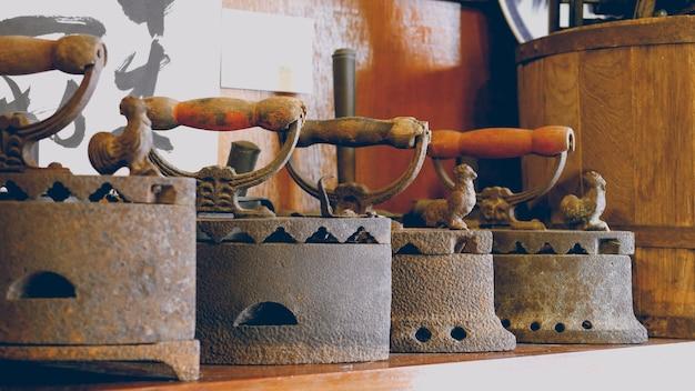 Ferri antichi con ruggine sulla mensola