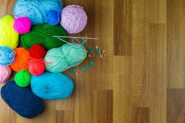 Ferri da maglia con una palla