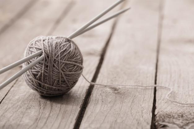 Ferri da maglia e per maglieria su una superficie di legno