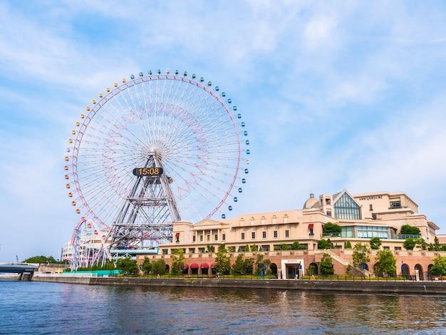 Ferris spinge dentro il parco di divertimenti intorno alla città di yokohama