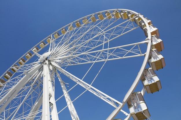 Ferris spinge dentro un parco di divertimenti contro cielo blu