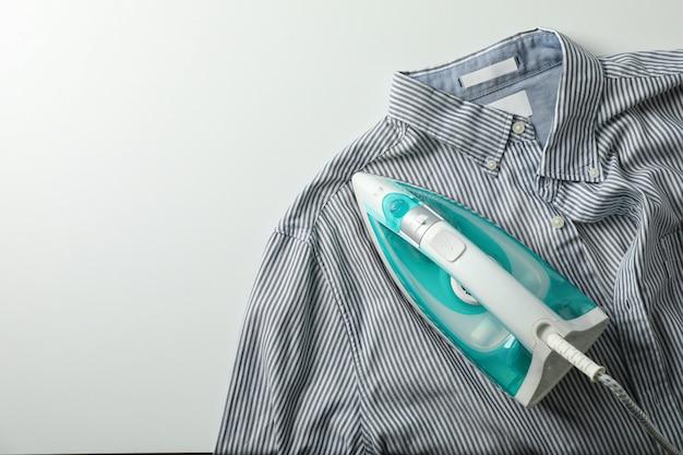 Ferro e camicia su bianco, vista dall'alto