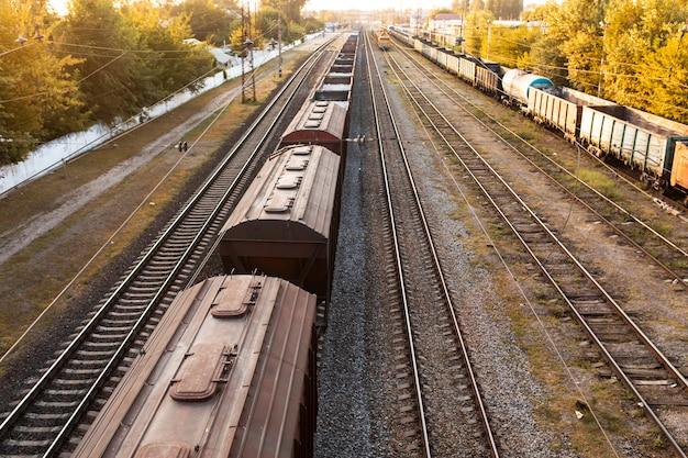 Ferrovia. carri merci che trasportano carichi diversi. concetto di industria pesante
