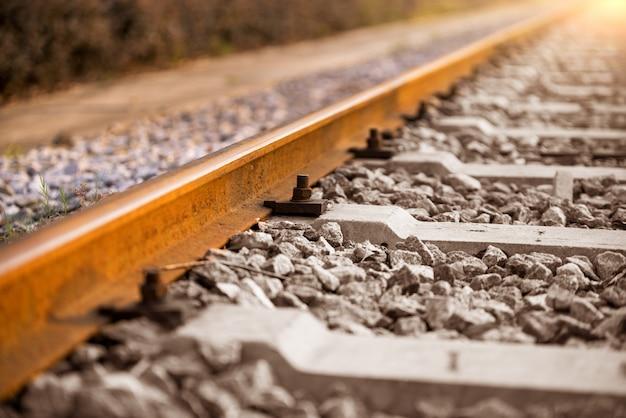 Ferrovia con luce solare.