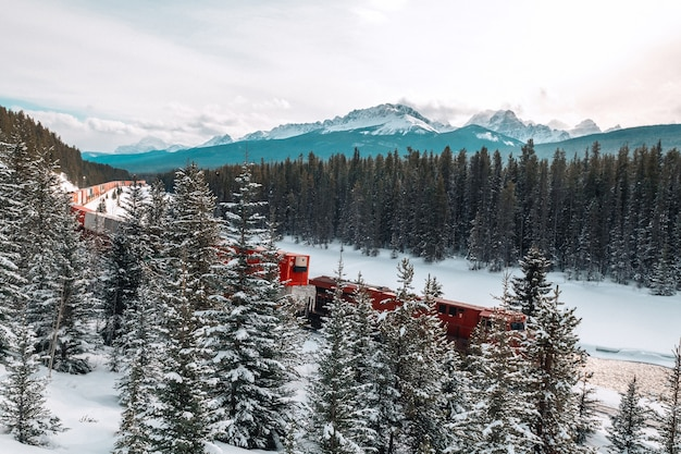 Ferrovia della curva di morant e treno con lo sfondo delle montagne roakie canadesi