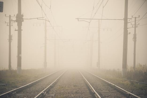 Ferrovia russa le traversine delle rotaie contattano la rete.
