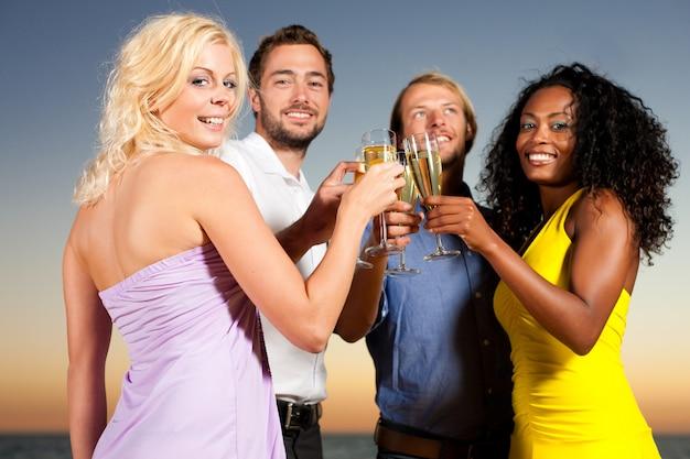 Festa con ricevimento di champagne in spiaggia