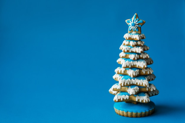 Festa del nuovo anno di natale, biscotto rosso del pan di zenzero del calzino di natale su copyspace blu. vacanza