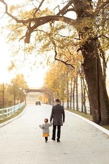 Festa del papà. giovane padre e figlia di famiglia felice durante una passeggiata nel parco in autunno.