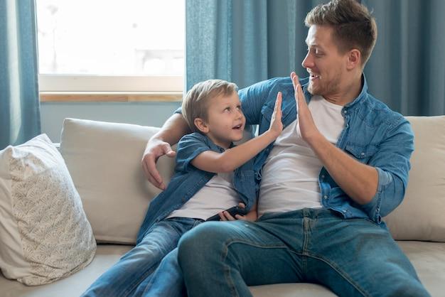 Festa del papà papà e figlio alto cinque gesto