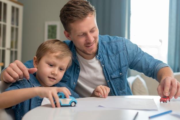 Festa del papà papà e figlio che giocano con i giocattoli