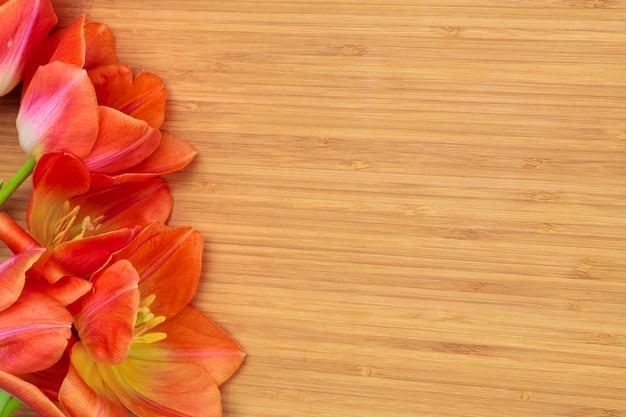 Festa della donna. mazzo dei tulipani sulle plance di legno, spazio della copia, vista superiore