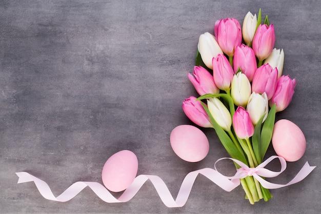 Festa della mamma, festa della donna, pasqua, tulipani rosa, regali su grigio.