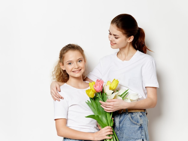 Festa della mamma, una giovane donna con un bambino in posa, un regalo per la festa della donna e la festa della mamma
