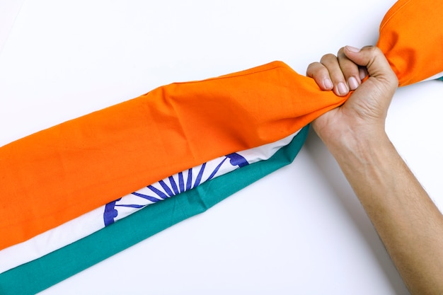 Festa della repubblica dell'india, festa dell'indipendenza india, bandiera tricolore in mano