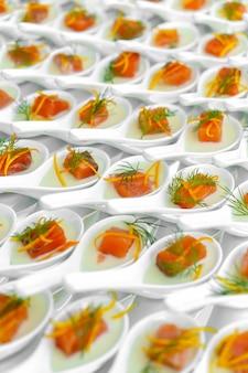 Festa di catering, piccole tartine di pesce rosso