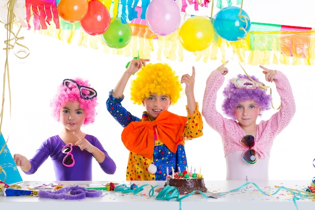 Festa di compleanno felice dei bambini con le parrucche del pagliaccio