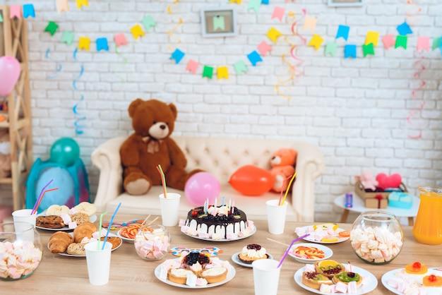 Festa di compleanno felice sfondo del tavolo festivo.