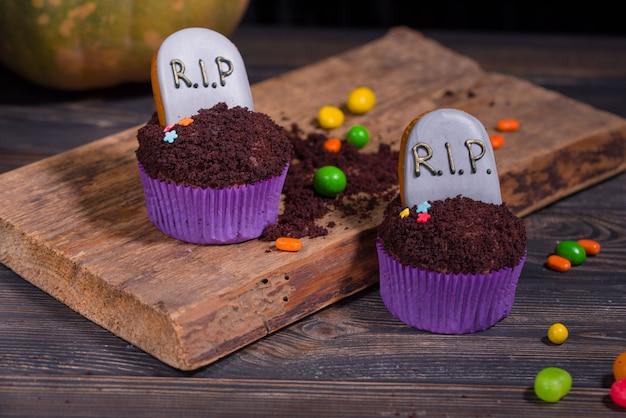 Festa di halloween e concetto di decorazione. cupcakes di halloween e dolci colorati