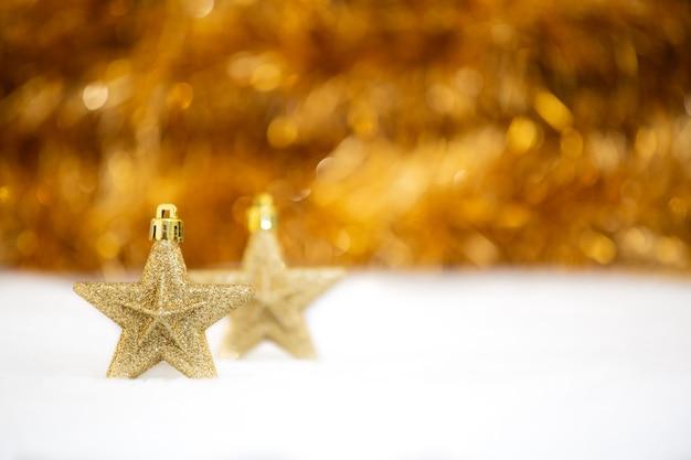 Festa di natale vintage, buon natale e felice anno nuovo e festival di felicità della famiglia sul fondo rosso del bokeh.