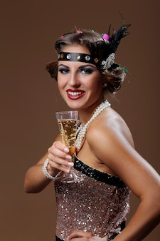 Festa donna mani del proprio bicchiere di vino con sfondo marrone