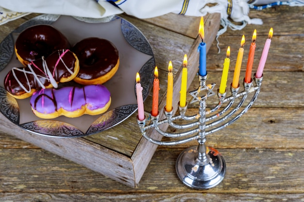 Festa ebraica di hanukkah con candelabri tradizionali menorah