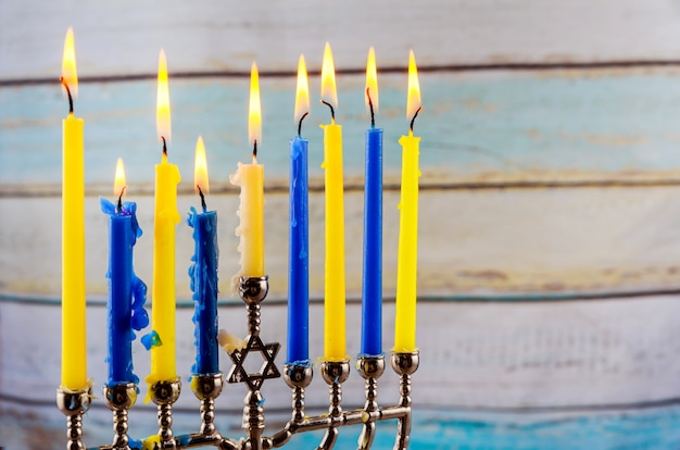 Festa ebraica hannukah con menorah tradizionale