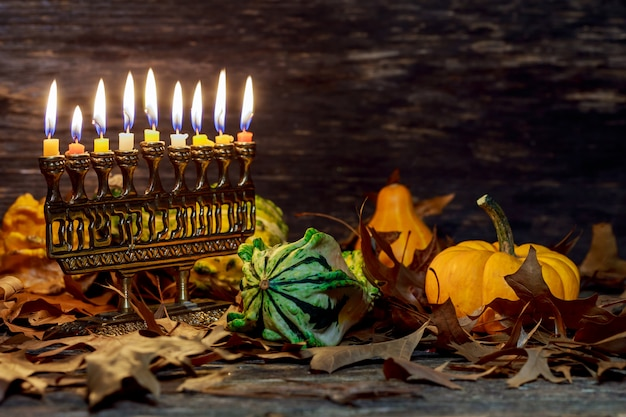 Festa ebraica hannukah simboli menorah. copia spazio sullo sfondo.
